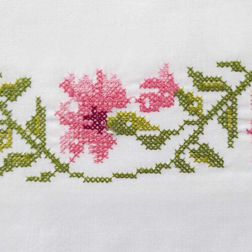 Μαξιλαροθήκες με κέντημα γαρδένια ροζ κοντινό